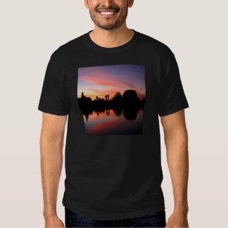 Resplandor ambarino rojo de la puesta del sol remeras