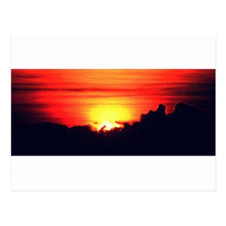 Resplandor de la puesta del sol postal