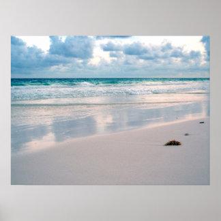 Resplandor del rosa en una playa de la puesta del  póster
