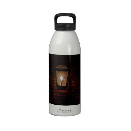 Resplandor en el callejón botella de agua