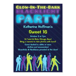Resplandor en la invitación oscura del fiesta de