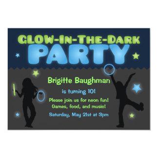 Resplandor en la invitación oscura del fiesta para