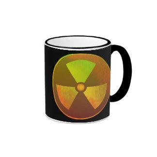 Resplandor radiactivo del símbolo nuclear taza de dos colores
