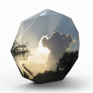 Resplandor solar a través de las nubes