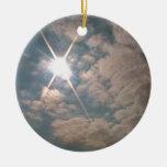 Resplandor solar a través de las nubes blancas ornamentos para reyes magos