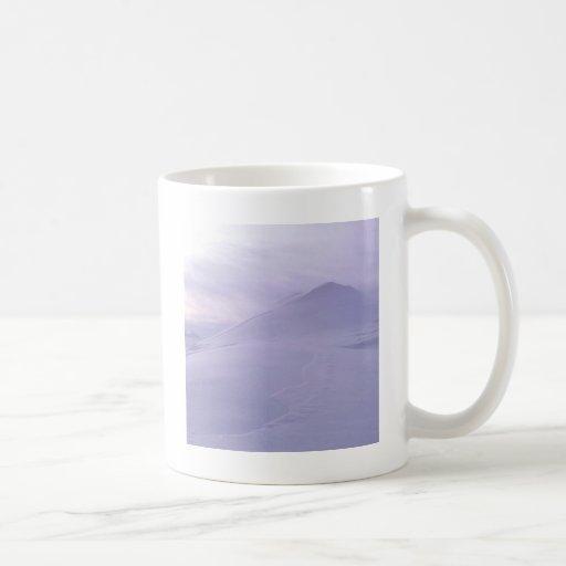 Resplandor solar de la escena del invierno sobre l tazas de café