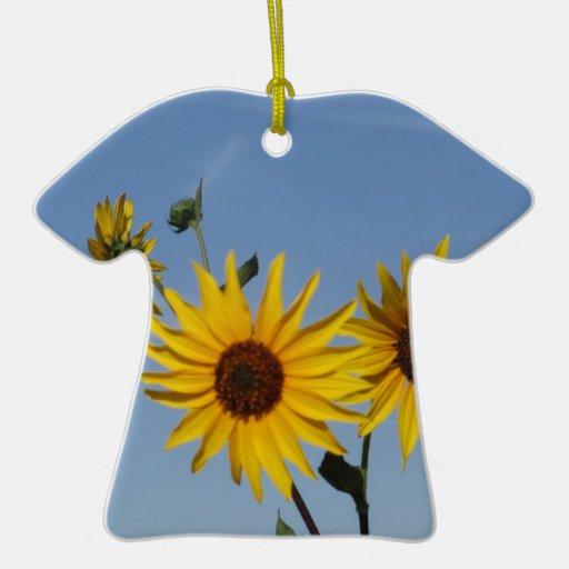 Resplandor solar adorno de cerámica en forma de camiseta