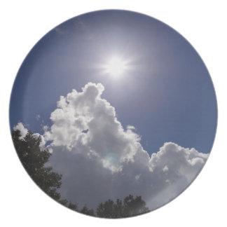 Resplandor solar del UFO sobre las nubes blancas m Platos Para Fiestas
