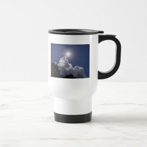 Resplandor solar del UFO sobre las nubes blancas m Taza De Café