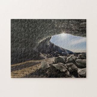 Resplandor solar en la entrada de la cueva de rompecabezas