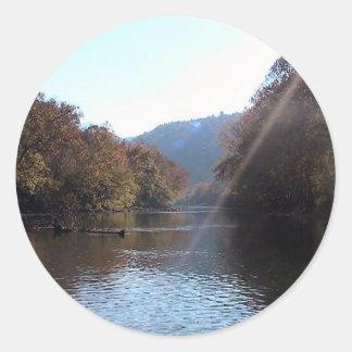 Resplandor solar sobre el río del remache, etiquetas redondas