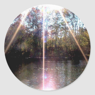 Resplandor solar sobre el río del remache, pegatina redonda