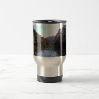 Resplandor solar sobre el río del remache, sudoest taza de café