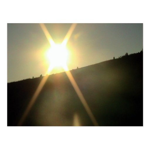 Resplandor solar sobre un escudo de una colina tarjetas postales