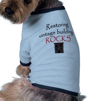 Restauración de rocas de los edificios del vintage ropa perro