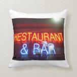 Restaurante y barra - almohada por CricketDiane
