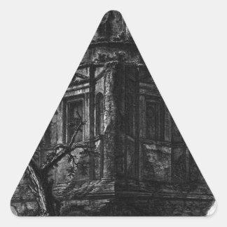 Restos de una tumba antigua, ahora llamados la pegatina triangular
