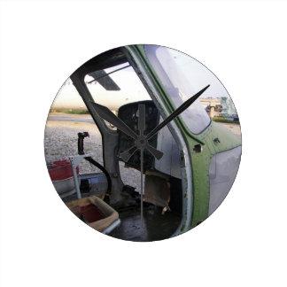 Restos del helicóptero de la guerra fría reloj redondo mediano