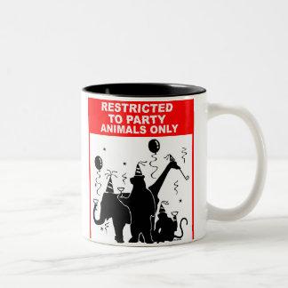Restringido a los juerguistas solamente taza