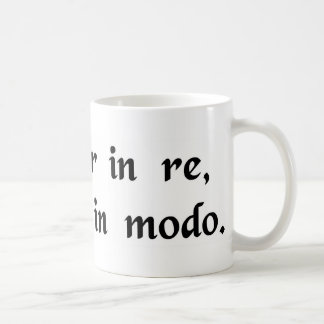 Resuelto en la acción, suavemente de la manera taza de café