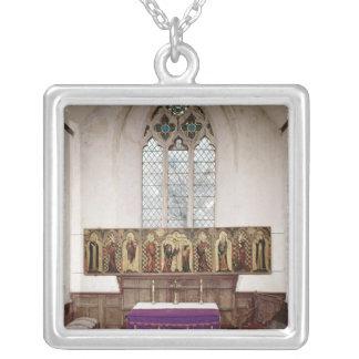 Retable que representa la crucifixión con ocho grímpola