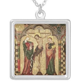 Retable que representa la crucifixión con ocho grimpolas