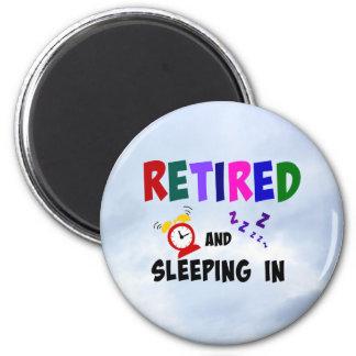 Retirado y durmiendo adentro imán redondo 5 cm