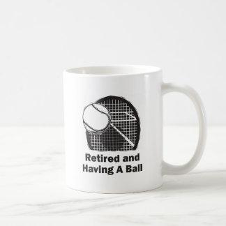 Retirado y teniendo una bola taza clásica