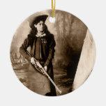 Retrato 1898 de Srta. Annie Oakley Holding un rifl Ornamento Para Arbol De Navidad