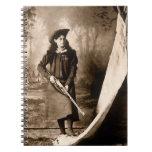 Retrato 1898 de Srta. Annie Oakley Holding un rifl Cuaderno
