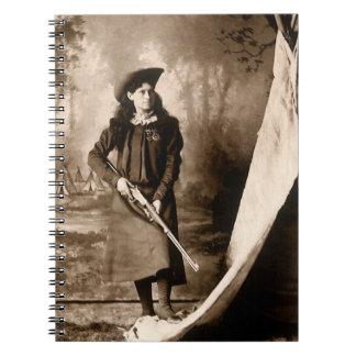Retrato 1898 de Srta Annie Oakley Holding un rifl Cuaderno