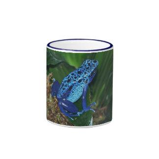 Retrato azul de la rana de la flecha del veneno taza a dos colores