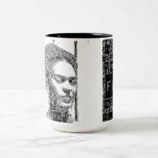 Retrato blanco y negro de Frida Kahlo Taza De Café De Dos Colores