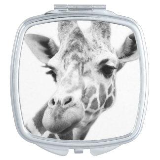 Retrato blanco y negro de una jirafa espejos de viaje