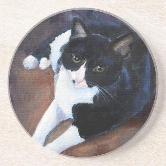 Retrato blanco y negro del gato posavasos cerveza