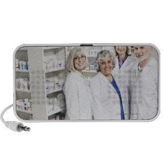 Retrato de cuatro farmacéuticos sonrientes mini altavoces