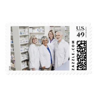 Retrato de cuatro farmacéuticos sonrientes estampillas