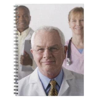 Retrato de cuatro profesionales médicos estudio cuadernos