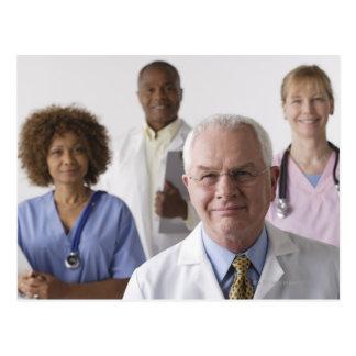 Retrato de cuatro profesionales médicos, estudio postal