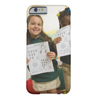 Retrato de dos chicas preescolares con A más y Funda Barely There iPhone 6