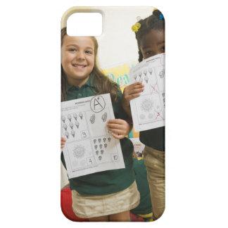 Retrato de dos chicas preescolares con A más y Funda Para iPhone SE/5/5s