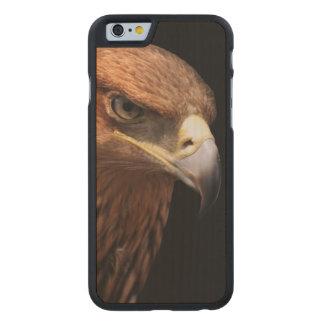 Retrato de Eagle aislado en negro Funda De iPhone 6 Carved® De Arce