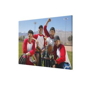Retrato de hombres en un equipo de béisbol que gan lona estirada galerías