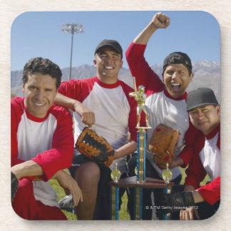 Retrato de hombres en un equipo de béisbol que posavasos de bebidas