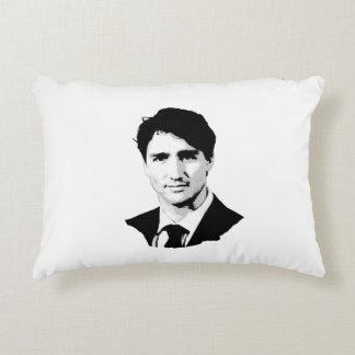 Retrato de Justin Trudeau Cojín Decorativo