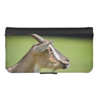 Retrato de la cabra en un fondo verde borroso cartera para iPhone 5