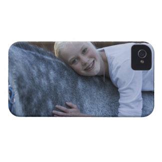 retrato de la chica joven en el caballo blanco iPhone 4 Case-Mate fundas