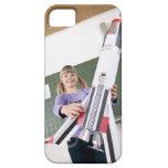 retrato de la chica joven en la tenencia de la iPhone 5 fundas