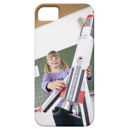 retrato de la chica joven en la tenencia de la iPhone 5 carcasas