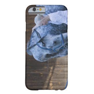 retrato de la chica joven que sostiene el caballo funda barely there iPhone 6